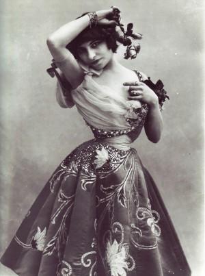 1-3_사진작가 나다르가 찍은 프랑스 여배우 에밀리 마리 부쇼(1900년경)
